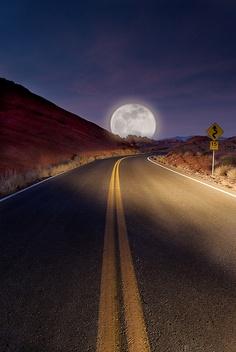 """"""" Tan cerca y Tan lejos... Moon """""""