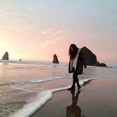 Caminar en un atardecer a orillas entre mar y arena.